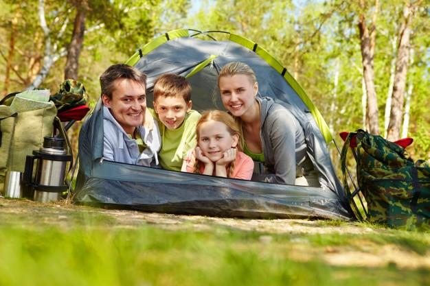 Happy-family-camping-tri-Freepick