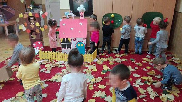 We make our house in kindergarten