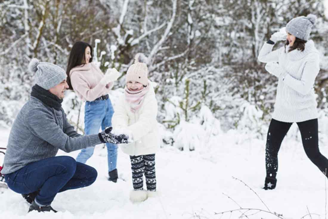 Loving-family-playing-snowballs, Freepik