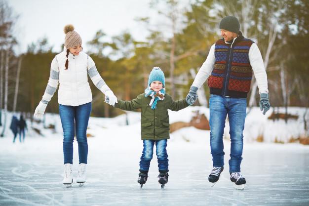 Joyful family skaters, photo credit Freepik